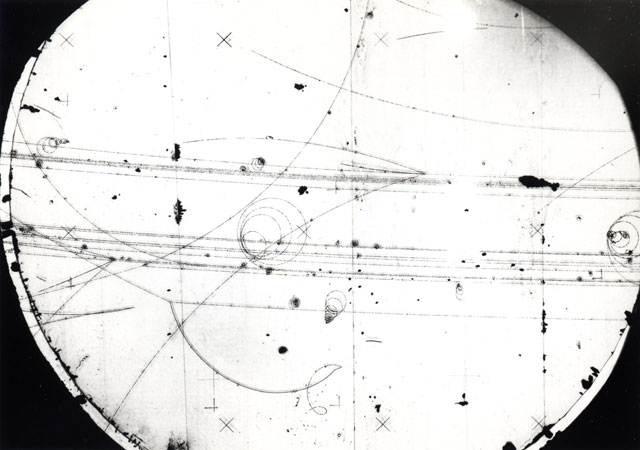 泡箱を使うと放射線の動きを可視化できるが、ニュートリノは荷電粒子ではないので見られない。