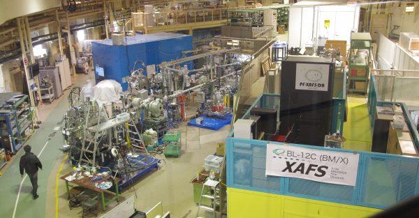 KEK物質構造科学研究所・放射光実験施設フォトンファクトリーの実験ホール(撮影:荒岡修)