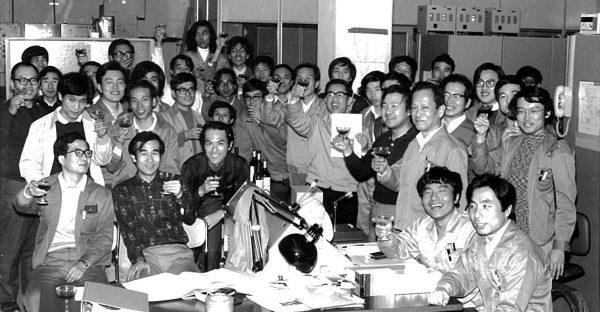 KEK-PS 8GeV達成記念集合写真(左の白いジャケットの方の右から顔を出しているのが鎌田名誉教授)