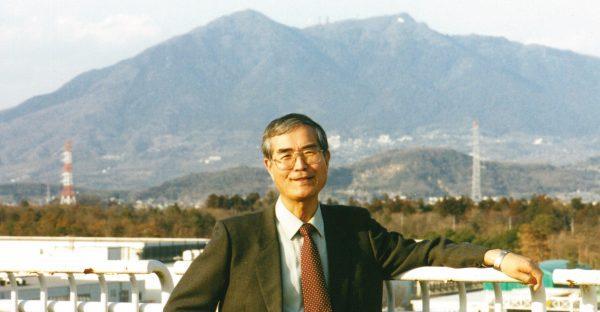 2003年、筑波山の前に立つ戸塚洋二機構長